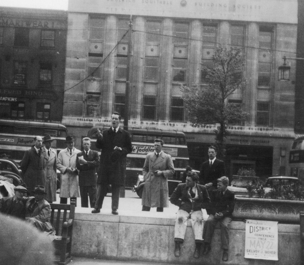 El joven anciano Russell Ballard predica en una reunión callejera en Nottingham Square, Inglaterra, en mayo de 1949.