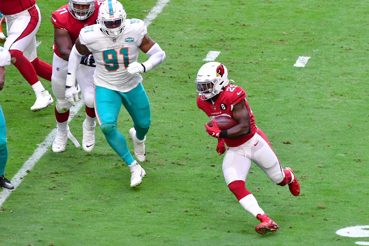 Arizona Cardinals running back Chase Edmonds (29) runs the ball against Miami Dolphins defensive end Emmanuel Ogbah (91) during the first half at State Farm Stadium.