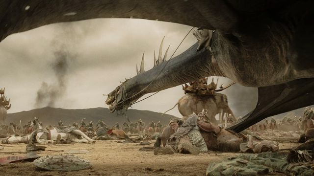 A fell beast stalks the battlefield in <em>The Lord of the Rings: Return of the King</em>, with an oliphaunt in the background.