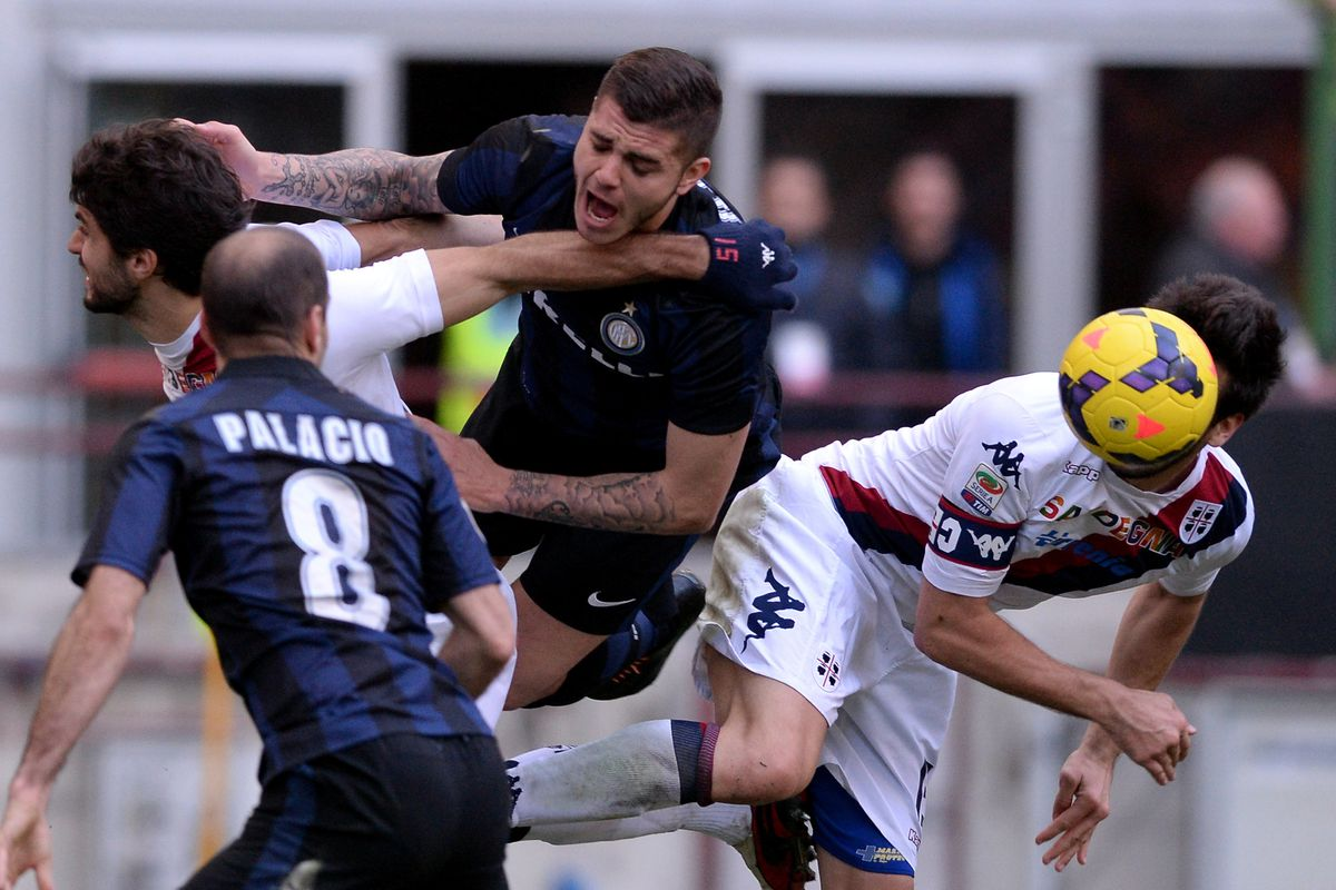 Penalty? Icardi gets hammered by the Cagliari defense.