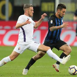 Matteo Politano (R) of FC Internazionale is challenged by Jordan Veretout of ACF Fiorentina during the Serie A match between FC Internazionale and ACF Fiorentina at Stadio Giuseppe Meazza on September 25, 2018 in Milan, Italy.