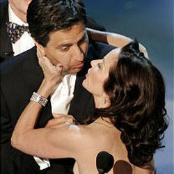 """Ray Romano of """"Everybody Loves Raymond"""" is kissed by co-star Patricia Heaton as the show's cast came on stage to make a presentation."""