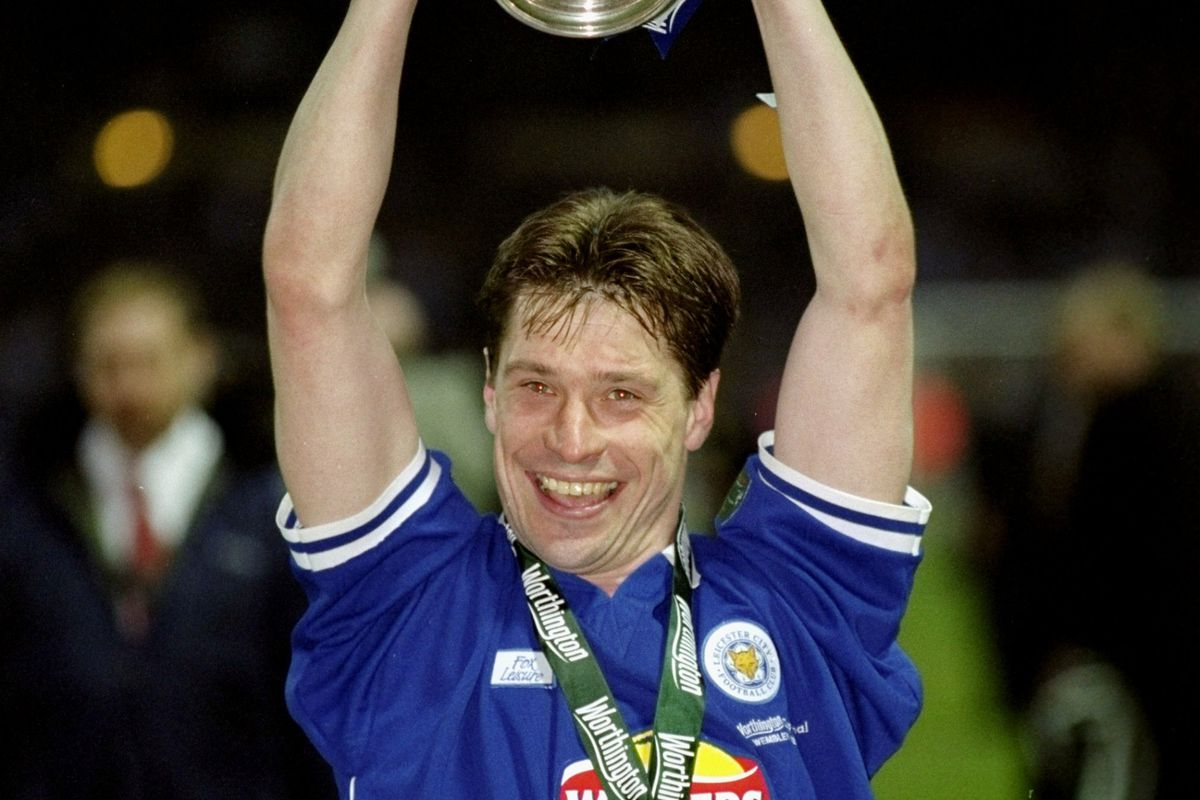 Tony Cottee of Leicester City celebrates