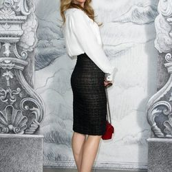 Nothing to laugh about here: Leslie Mann looks totes chic in this pencil skirt.