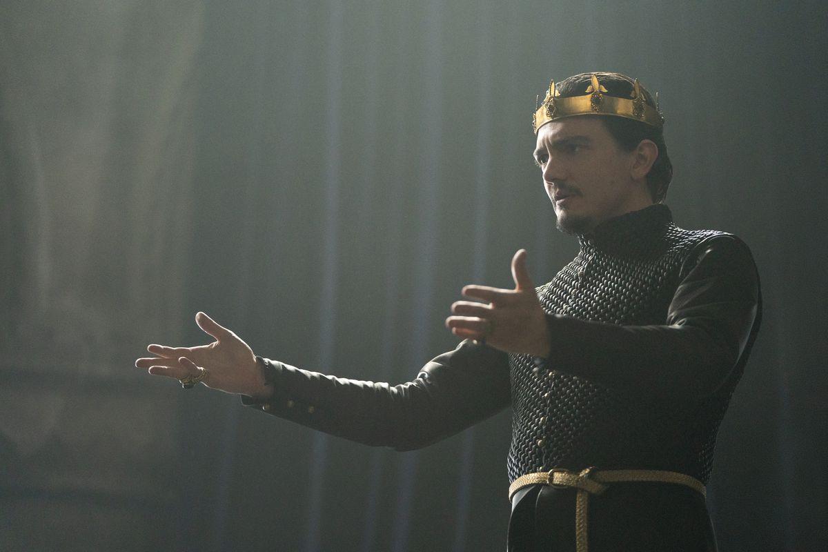CURSED (L TO R) SEBASTIAN ARMESTO as KING UTHER PENDRAGON in episode 101 of CURSED Cr. ROBERT VIGLASKY/Netflix � 2020