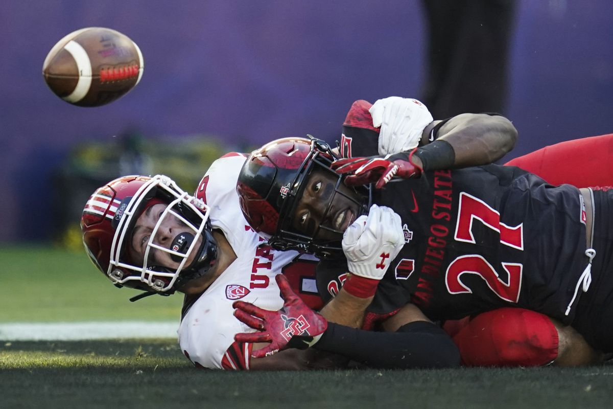 Utah tight end Dalton Kincaid and San Diego State safety Cedarious Barfield try to catch a pass