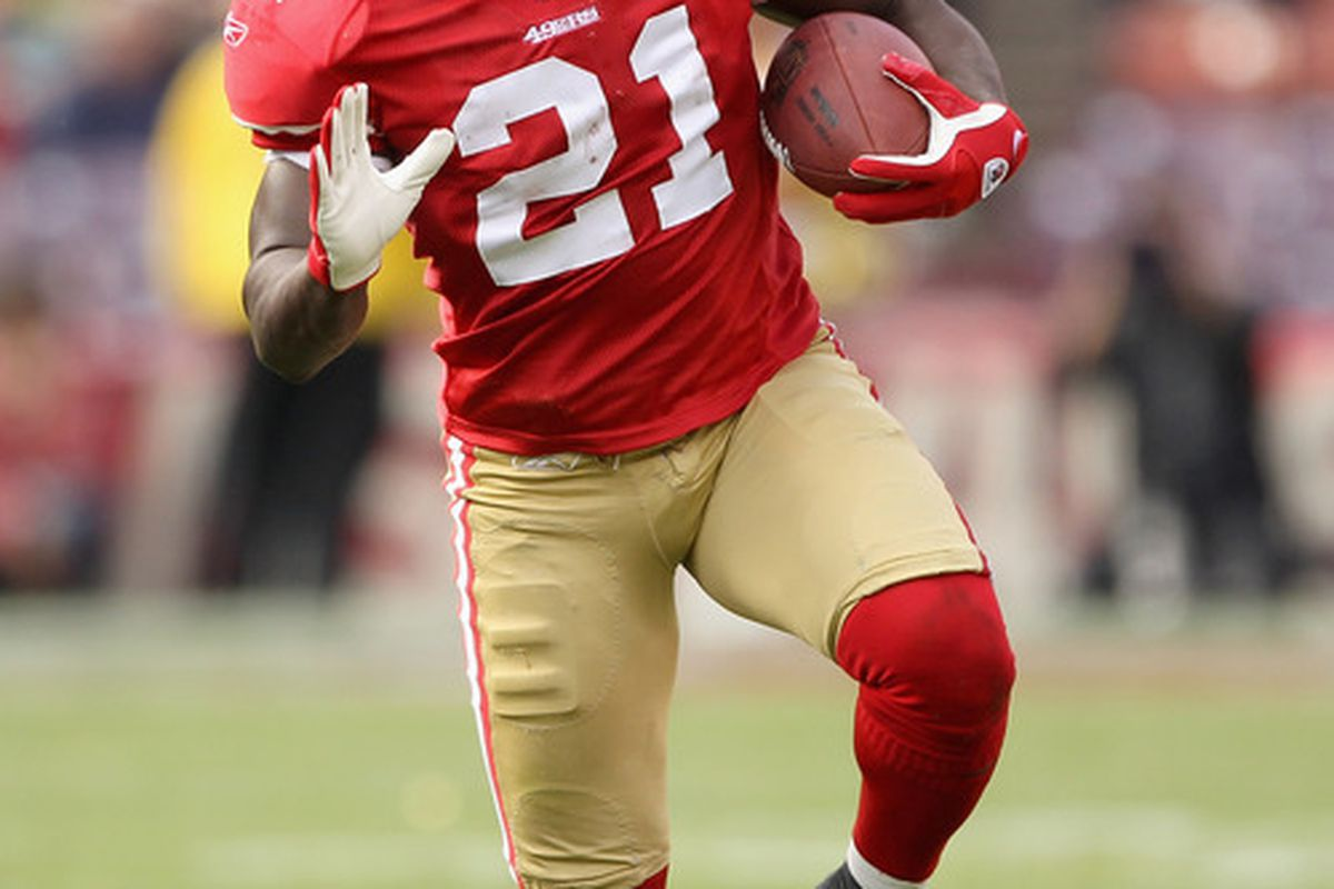SAN FRANCISCO, CA - AUGUST 20:  Frank Gore #21 of the San Francisco 49ers runs with the ball against the Oakland Raiders at Candlestick Park on August 20, 2011 in San Francisco, California.  (Photo by Ezra Shaw/Getty Images)