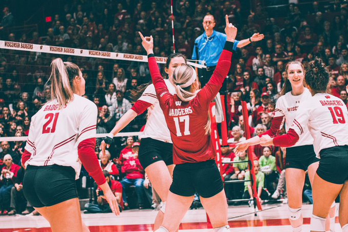 Wisconsin Badgers Volleyball Uw Sweeps Illinois State Into A Dustpan Throws Dustpan Into Dumpster Bucky S 5th Quarter