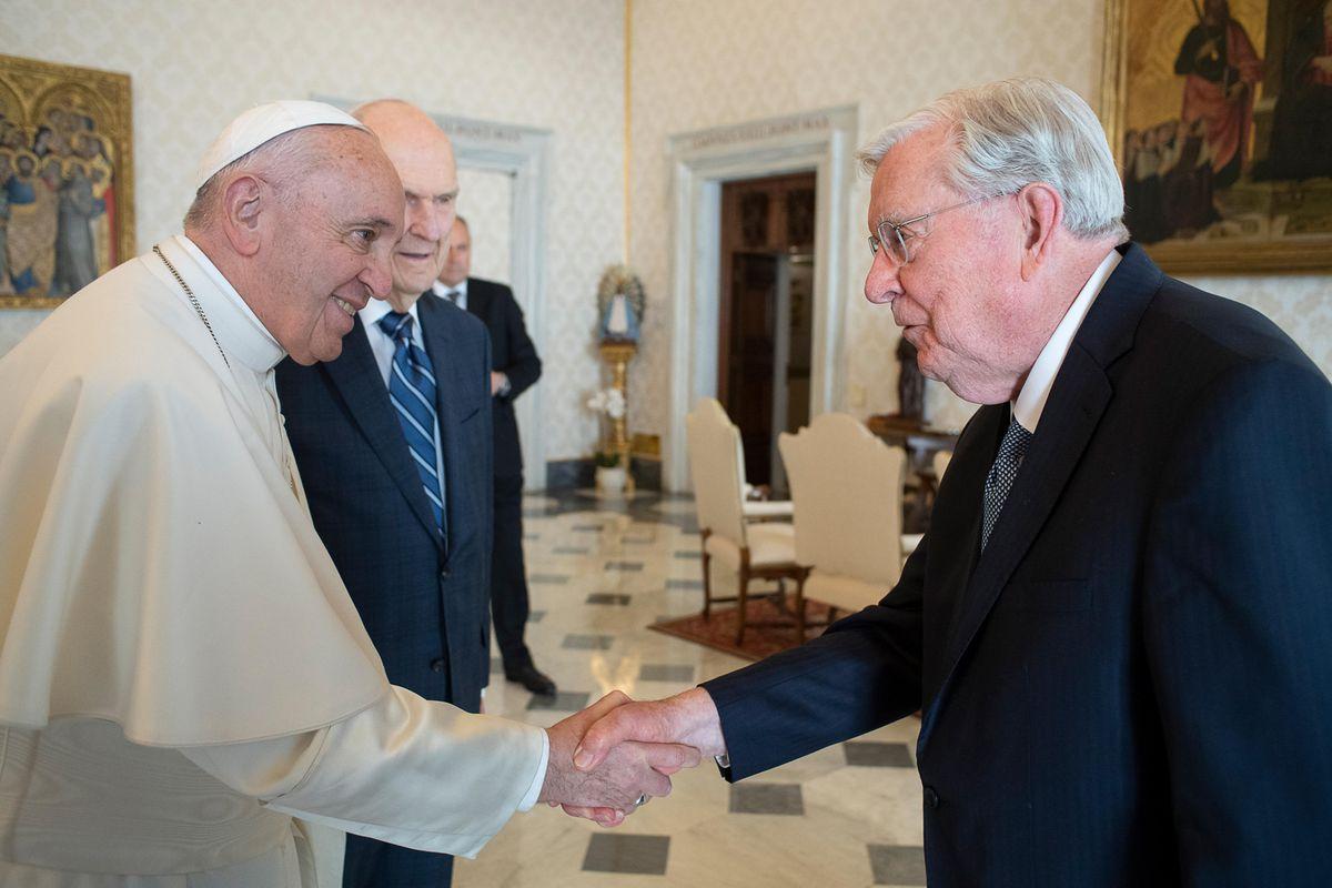 El presidente M. Russell Ballard se reúne con el Papa Francisco en el Vaticano en Roma.