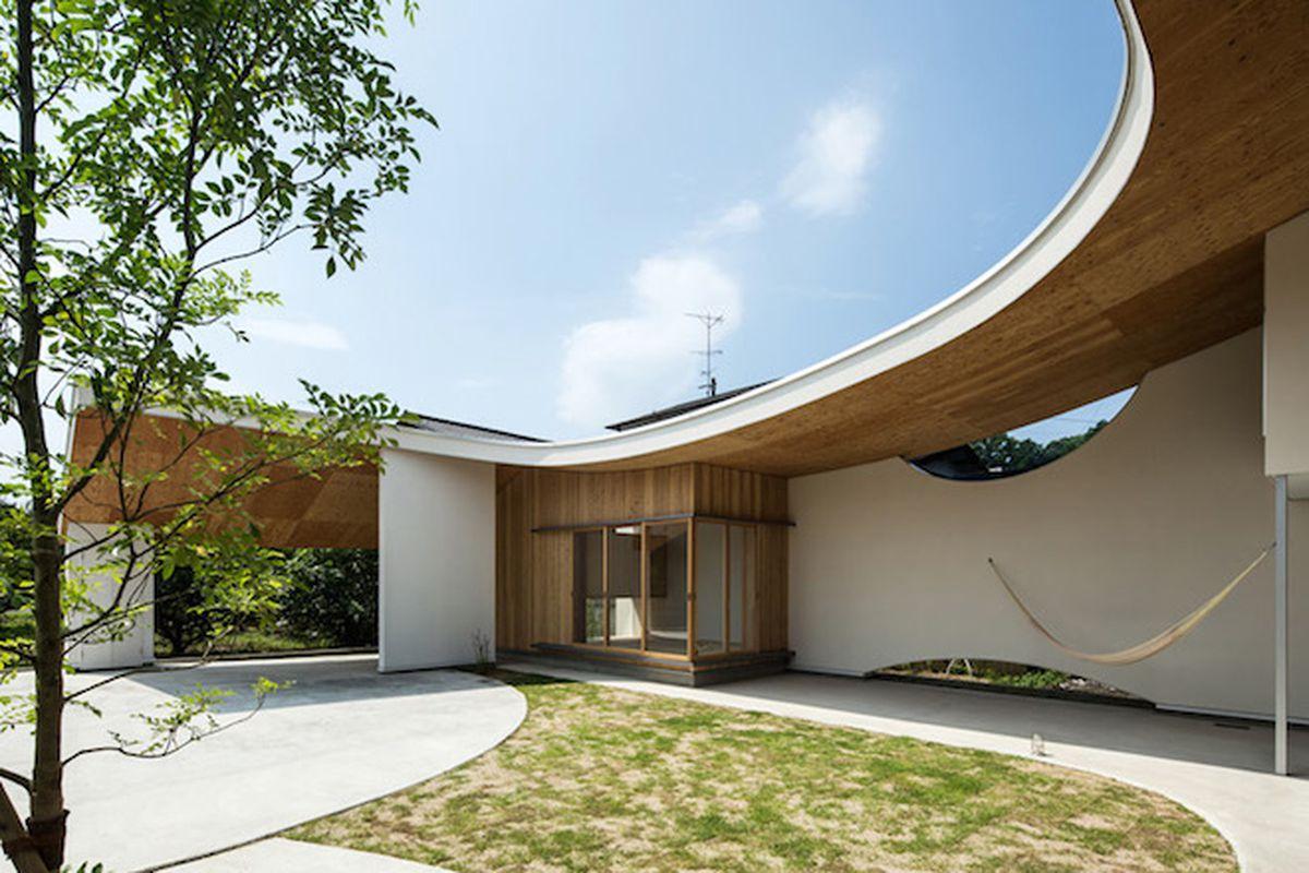 "All photos by <a href=""http://www.sasanokurasha.com/"">Yohei Sasakura/Sasa No Kurasha</a> via <a href=""http://www.dezeen.com/2015/09/21/shawl-house-ym-design-office-imabari-japan-sloped-roof/"">Dezeen</a>"
