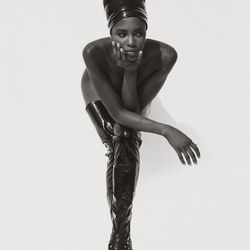 Herb Ritts, Naomi Campbell, Face in Hand, Hollywood (1990) © Herb Ritts Foundation, Credit: The J. Paul Getty Museum, Los Angeles, Gift of Herb Ritts Foundation