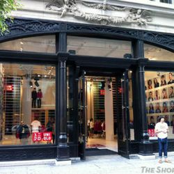 """Image of the Fifth Avenue pop-up via <a href=""""http://theshophound.typepad.com/the_shophound/2011/08/publicity-blitz-uniqlo-launching-a-trio-of-pop-up-shops-in-advance-of-flagships.html"""" rel=""""nofollow"""">The Shophound</a>"""