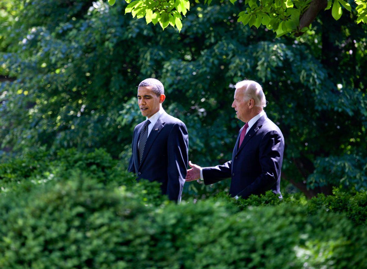 biden obama walk