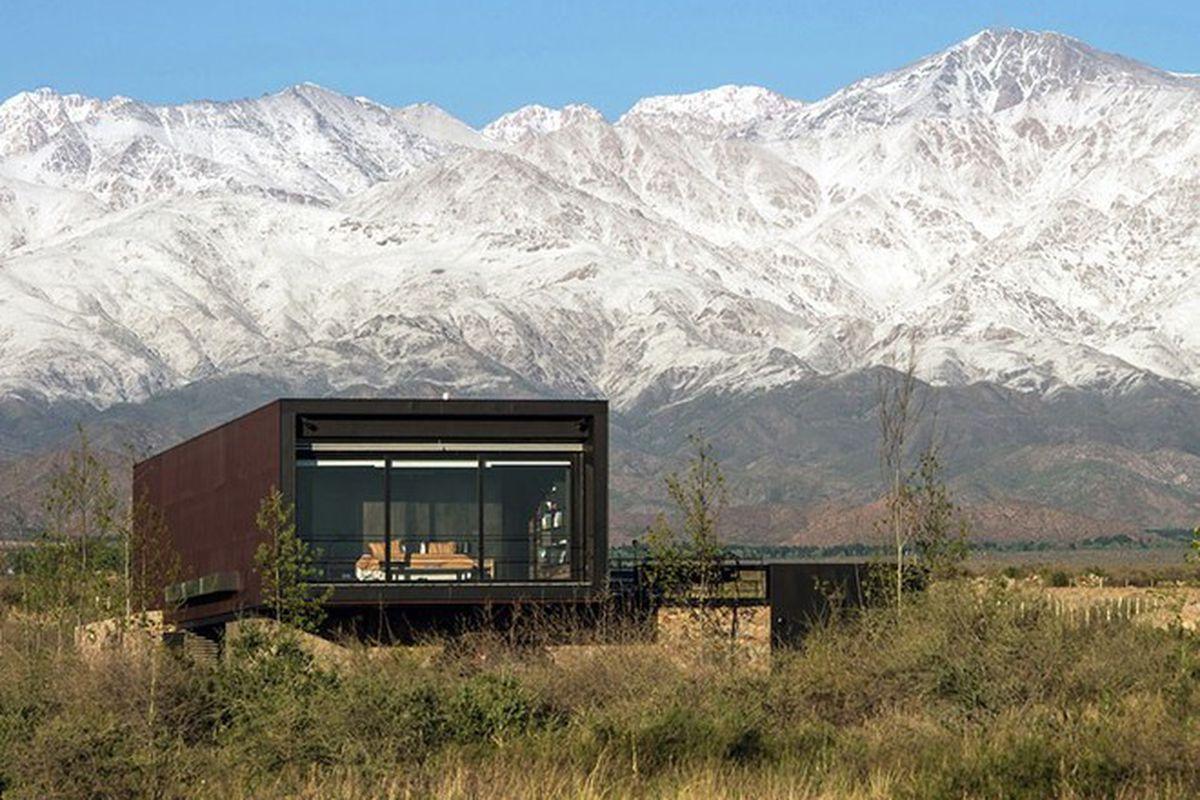 "Photo by Michael Evans via <a href=""http://www.designboom.com/architecture/a4estudio-case-michael-evans-mendoza-argentina-11-06-2015/"">Designboom</a>."
