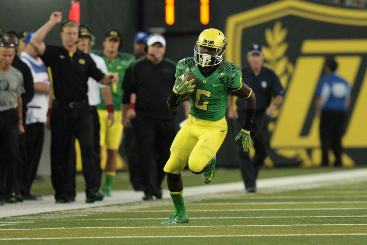 September 1, 2012; Eugene, OR, USA; Oregon Ducks DeAnthony Thomas (6) runs the ball for a touchdown in the first half. Mandatory Credit: Scott Olmos-US PRESSWIRE