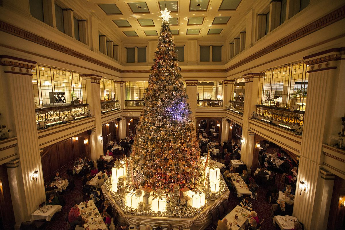 Macys Christmas Tree.110 Year Old Walnut Room On State Street Won T Close Macy S