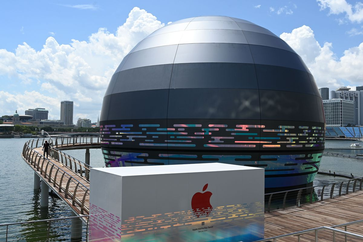 1228178939.jpg - This giant glowing orb is the world's first floating Apple Store