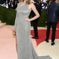 Kate Upton wears a Topshop gown.
