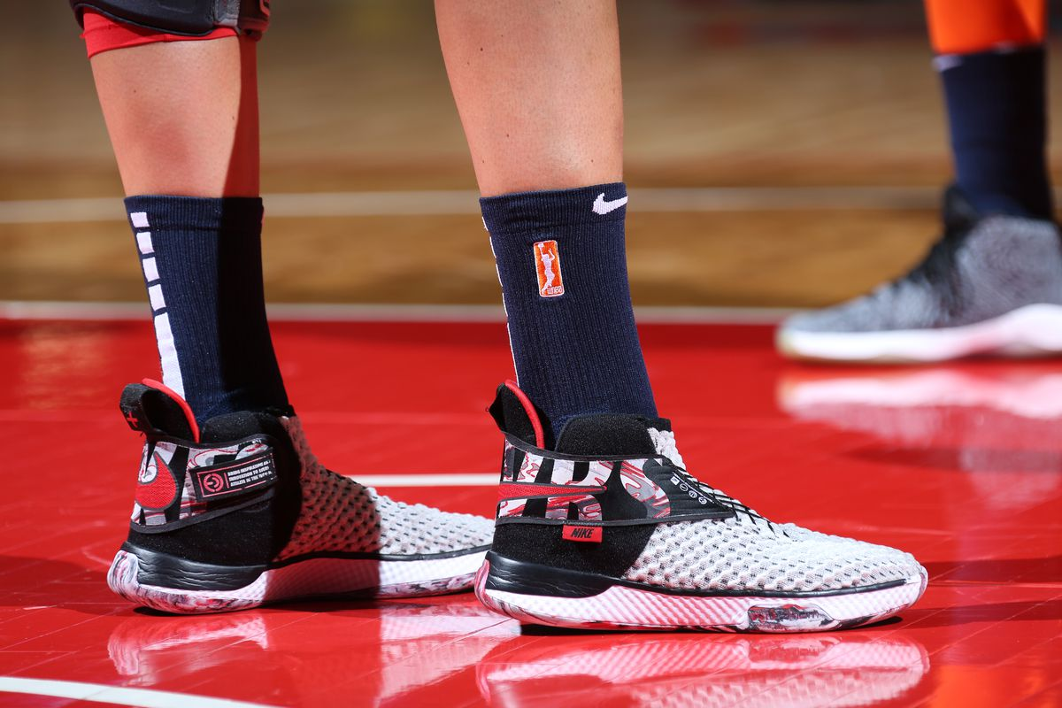 perderse pérdida Contorno  Elena Delle Donne gives signature shoe to Delaware disabled residents -  Bullets Forever