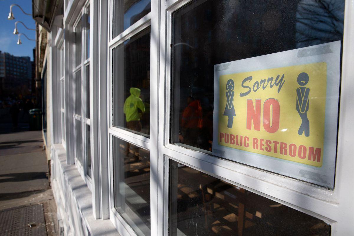 A Greenwich Village restaurant advertises their lack of public bathroom.
