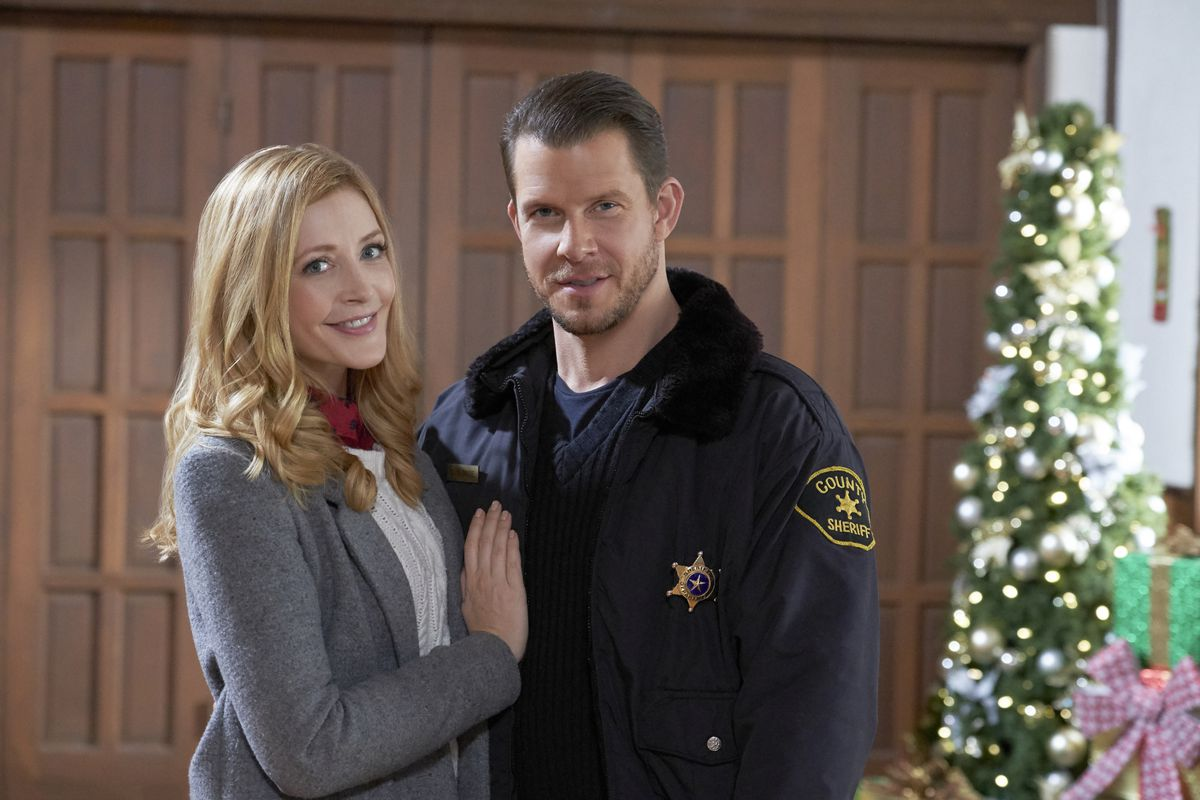 Sharing Christmas Hallmark.Twitter Roasts Hallmark Channel Christmas Movies Over An