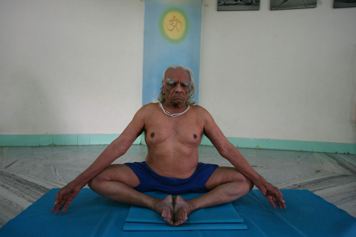 A 2007 photo of Iyengar practicing yoga.
