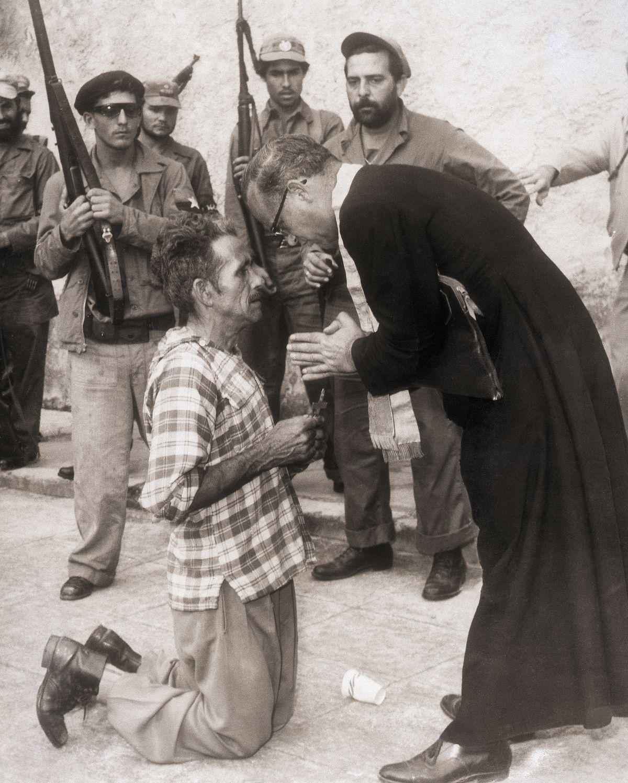 Отец Доминго Лоренцо с человеком, который готовится к казни