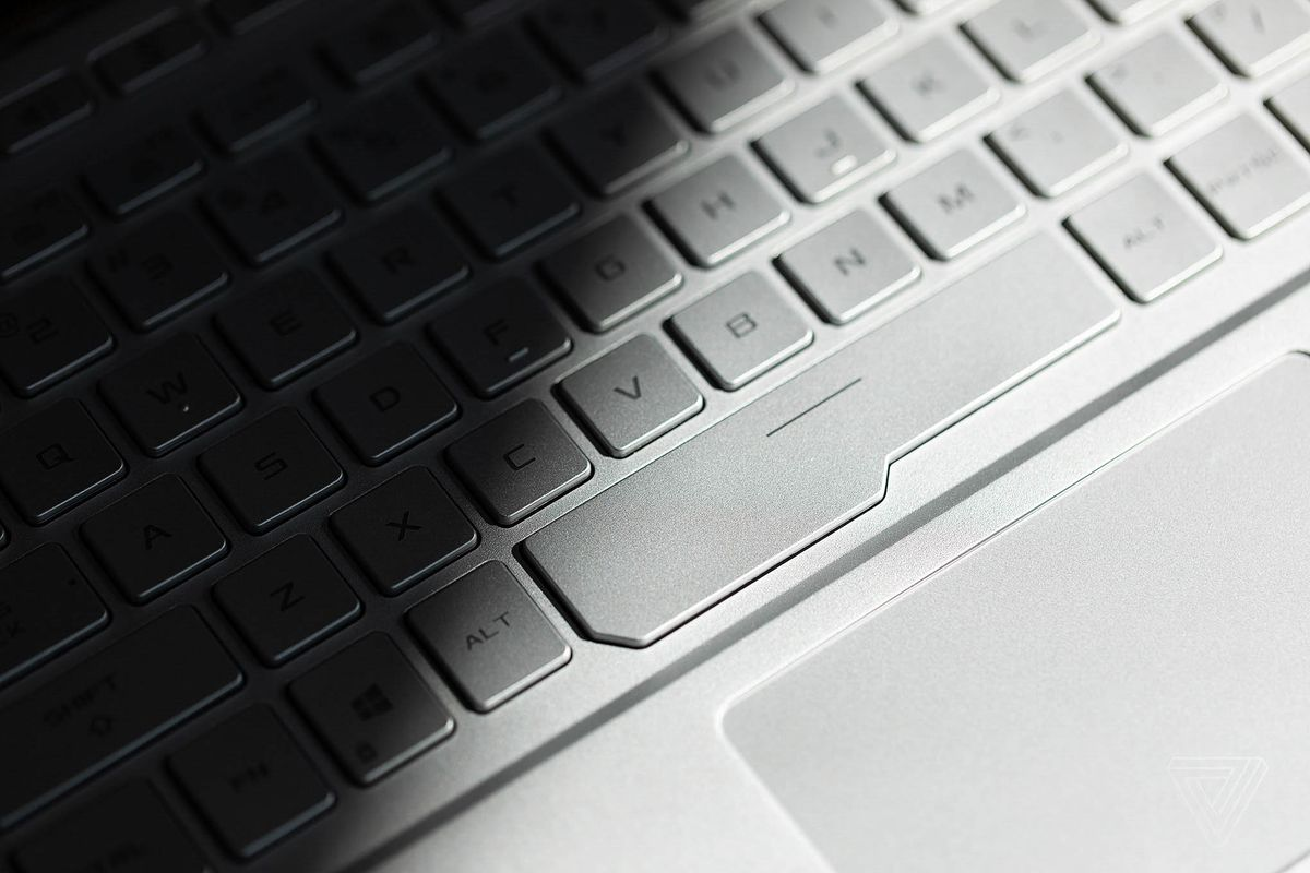 The keyboard of the ROG Zephyrus G14 seen from the side.