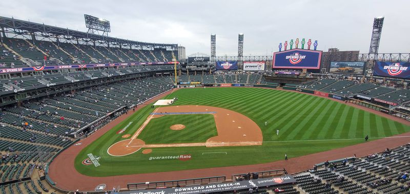 Rain delayed the start of Thursday's White Sox game, sending fans scurrying into the concourse to stay dry.