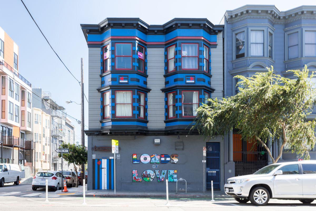 Ein blaues und graues viktorianisches Haus auf einer Straße in San Francisco.