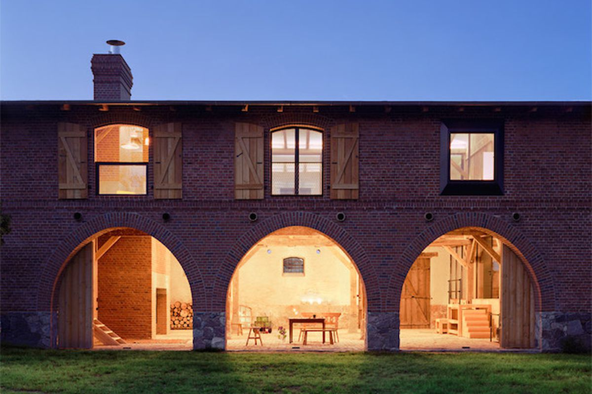 "All photos by Thomas Heimann via <a href=""http://www.dezeen.com/2015/03/27/thomas-kroeger-architekt-landhaus-cowshed-conversion-holiday-home-germany/"">Dezeen</a>"