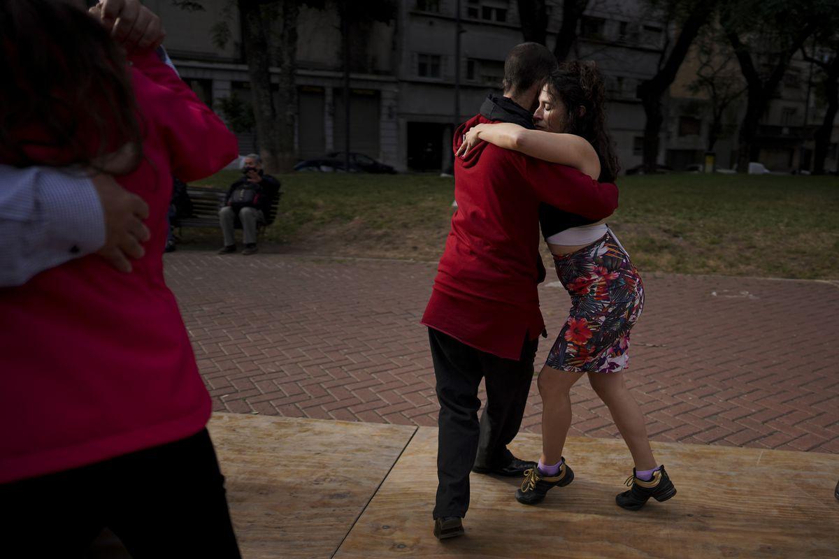 Una pareja baila un tango en un parque en medio de una epidemia de COVID-19 en Buenos Aires, Argentina.  La nostalgia por el baile hace que muchos bailarines de tango o tangoros se descontrolen en lugares secretos o en lugares públicos con milongas secretas.