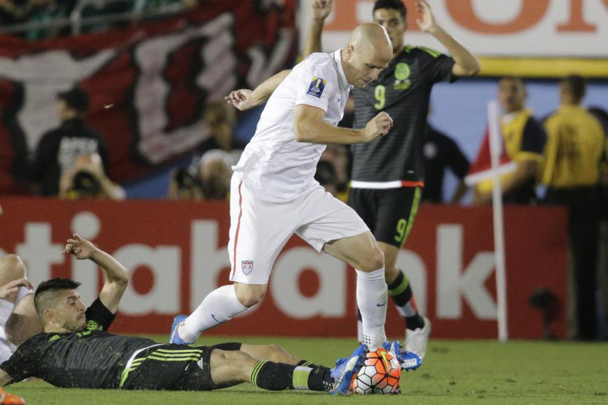 Bradley dribbles around Mexico's Oribe Peralta in the Gold Cup on October 10, 2015