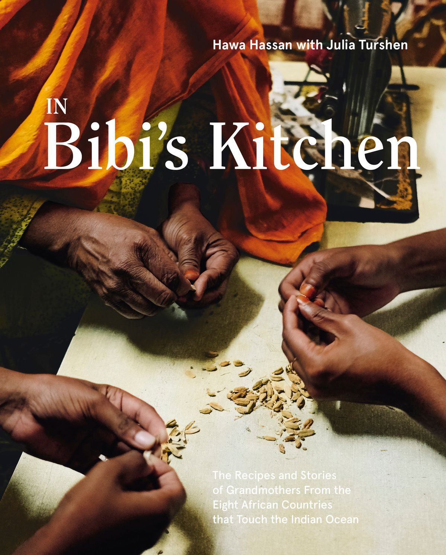 Trois paires de mains de femmes bombardant des graines sur la couverture d'In Bibi's Kitchen