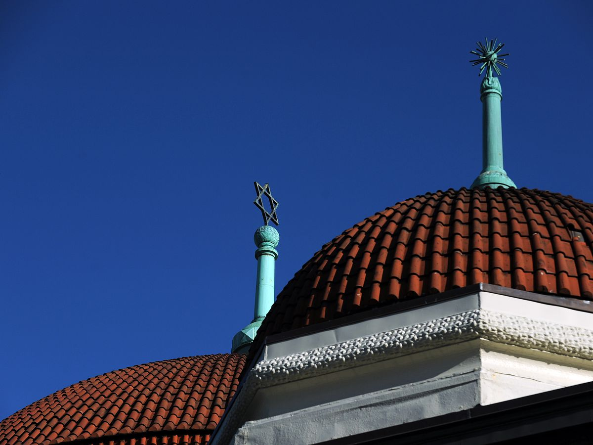 The top of a synagogue, showing a dome and the Star of David.