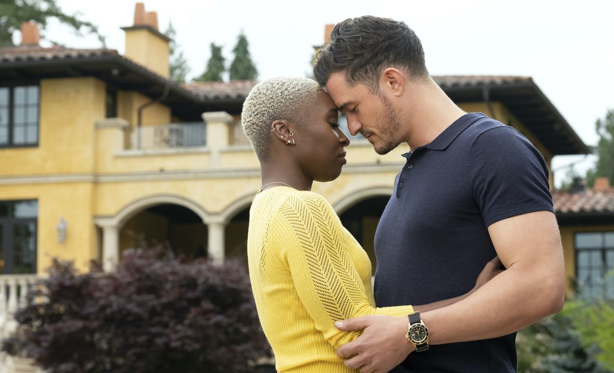 Cynthia as Janine and Orlando Bloom as Tommy  stand outside with their eyes closed and foreheads pressed together in Needle in a Timestack