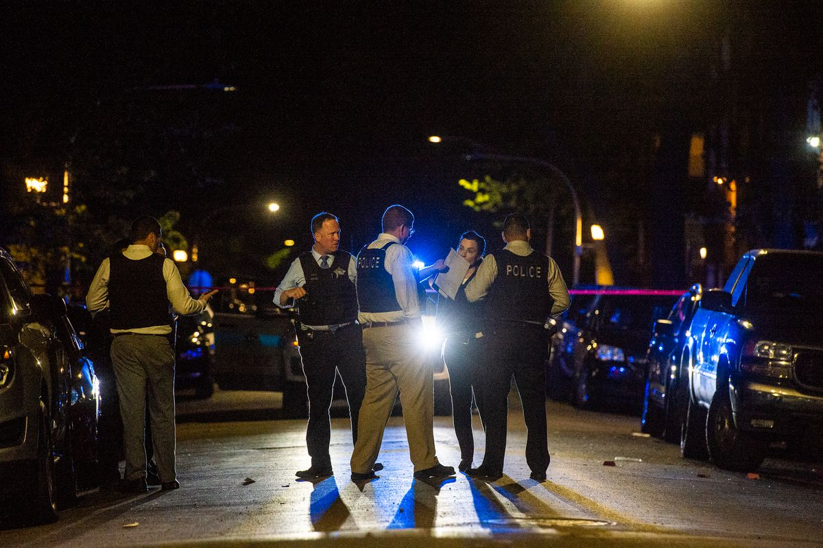 Chicago Police investigate the scene where a man was shot and killed Sunday night in the Garfield Park neighborhood.   Tyler LaRiviere/Sun-Times
