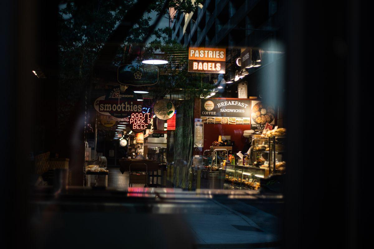 đọc thị trường thiết bị đầu cuối trong bóng tối với tấm biển ghi bánh ngọt và bánh mì tròn