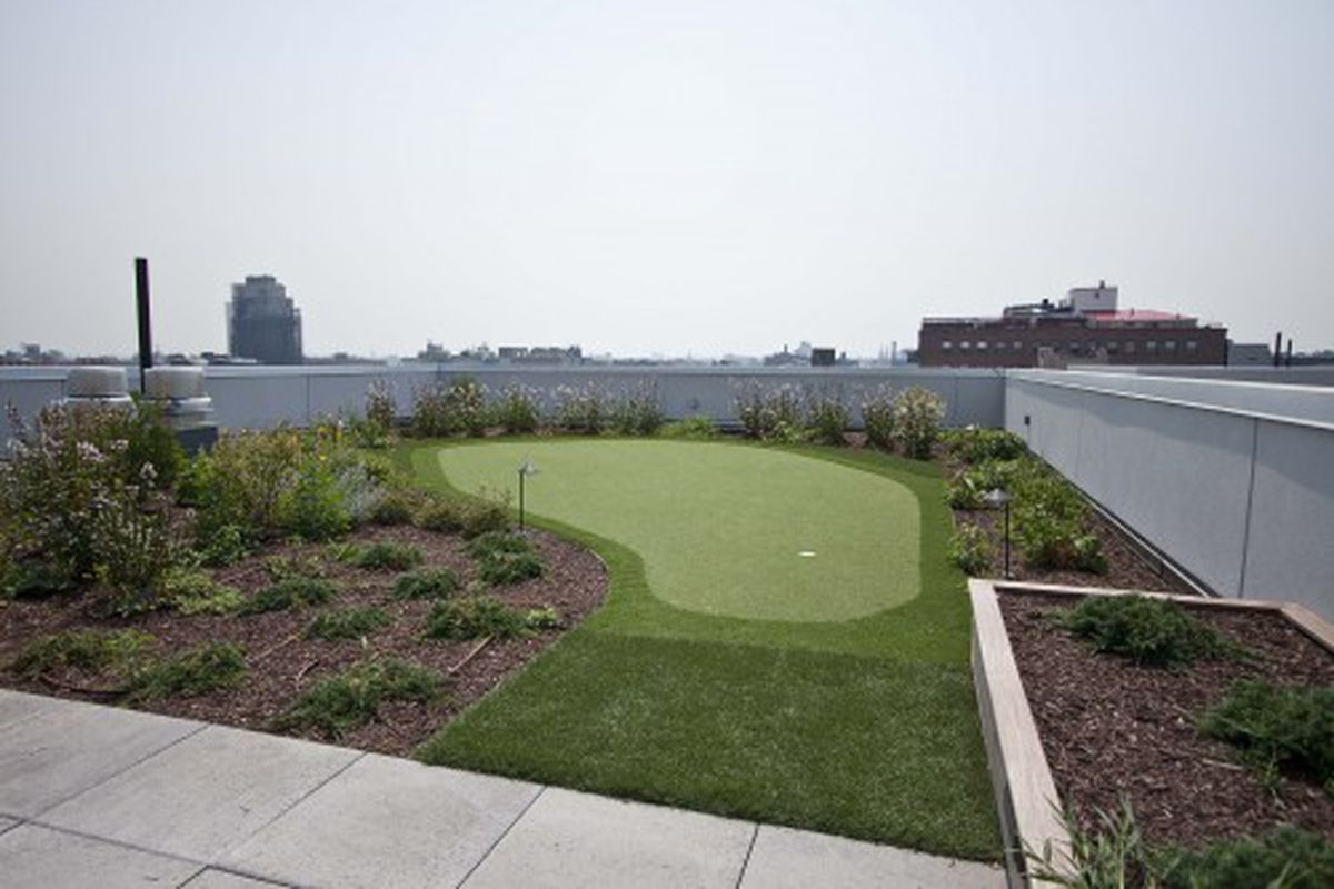 """As <a href=""""http://ny.curbed.com/archives/2011/03/08/chelseas_art_to_show_off_burg_condohotel_ready_for_moveins.php"""" rel=""""nofollow"""">promised</a>, a rooftop putting green."""
