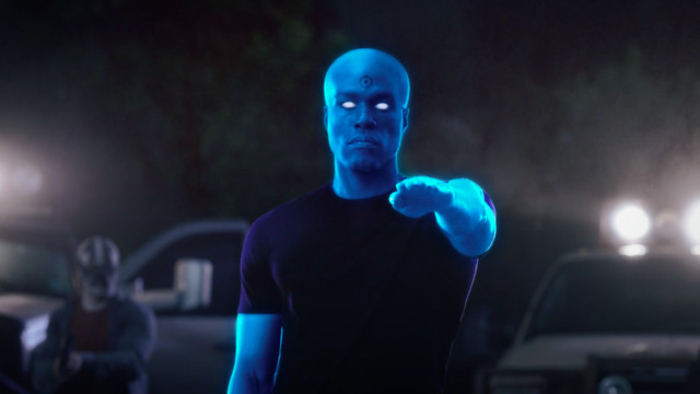 Yahya Abdul-Mateen II as Doctor Manhattan raising his hand and blowing up heads in watchmen