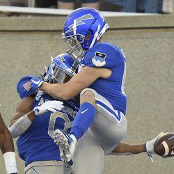 Penerima lebar Angkatan Udara Mika Davis, kiri, memberi selamat kepada sesama pemain Brandon Lewis setelah mencetak gol pada Sabtu, 18 September 2021 di Akademi Angkatan Udara, Colo., Melawan Negara Bagian Utah pada kuarter kedua Pertandingan Sepak Bola Perguruan Tinggi NCAA.
