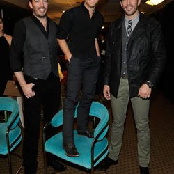 Country singer Justin Moore making jokes about being vertically challenged while posing with  <em>Property Brothers</em> twins Jonathan and Drew Scott at Backstage Creations Retreat at the American Country Awards.