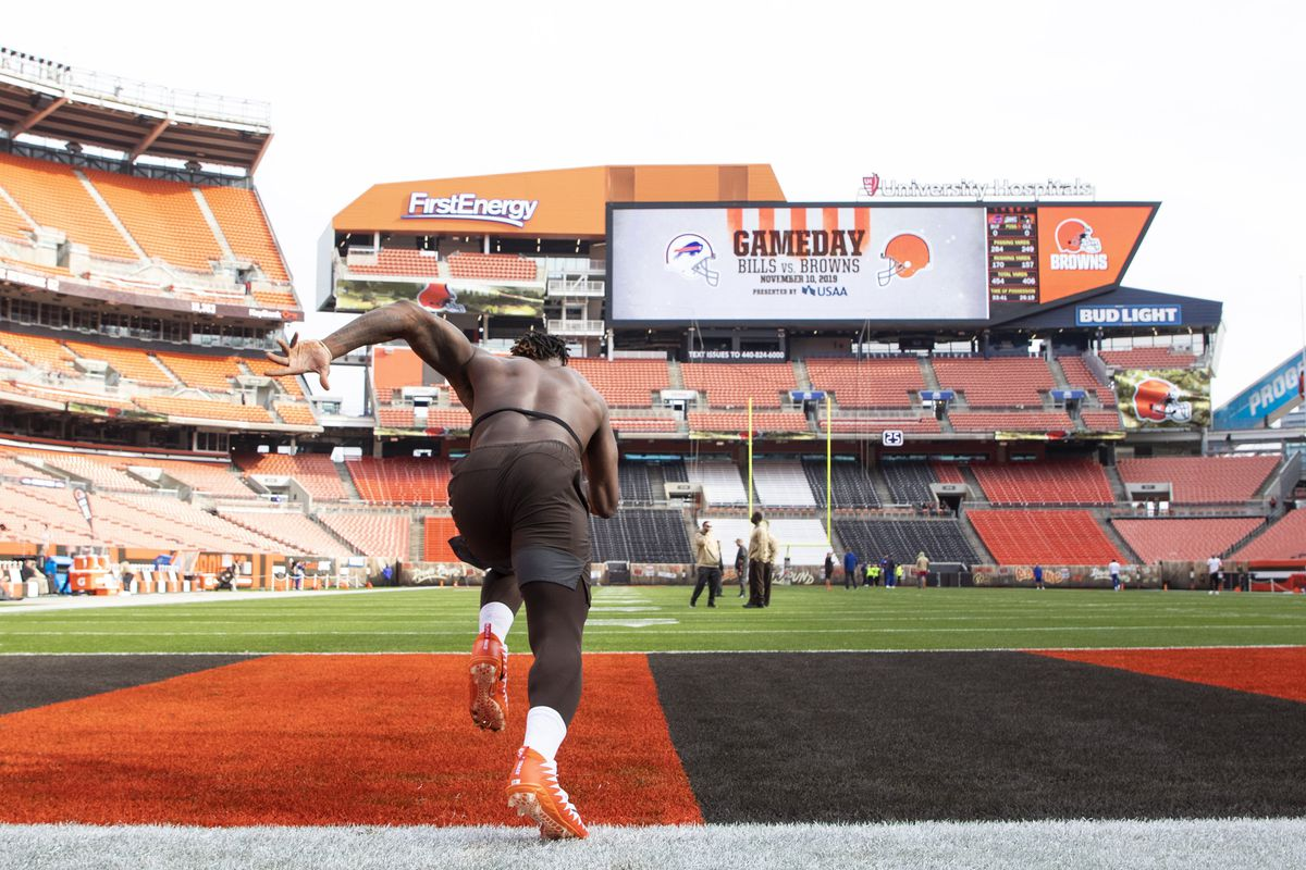 Cleveland Browns tight end David Njoku runs during warm ups before the game against the Buffalo Bills at FirstEnergy Stadium.