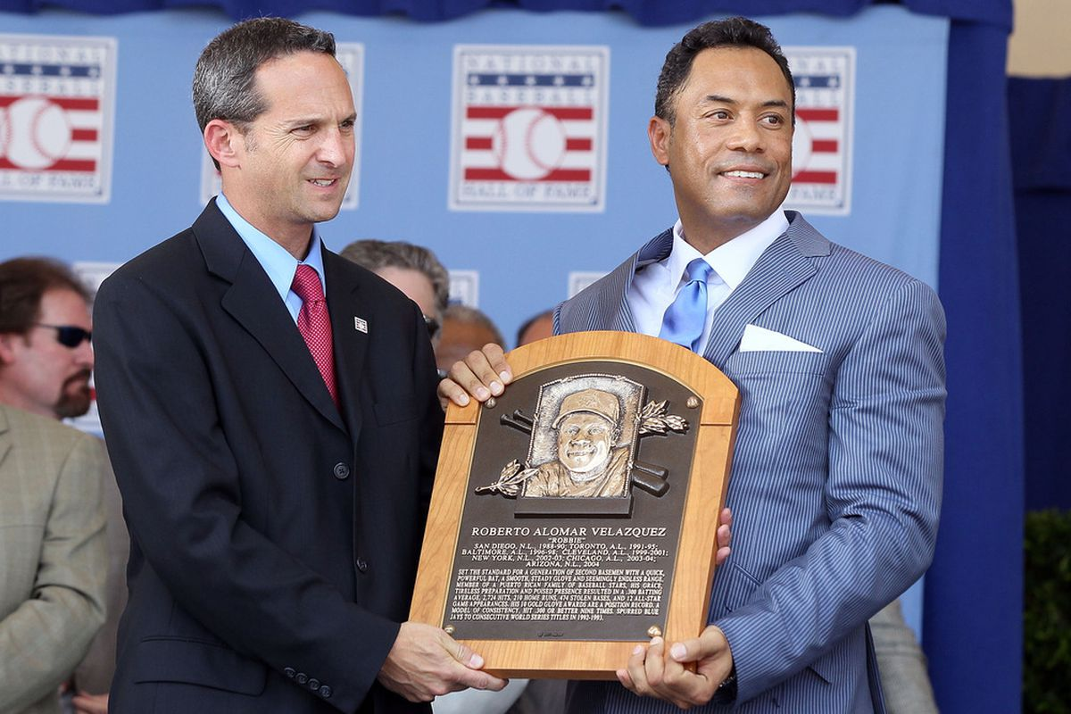 Roberto Alomar accepts his HOF plaque from HOF president Jeff Idelson in 2011