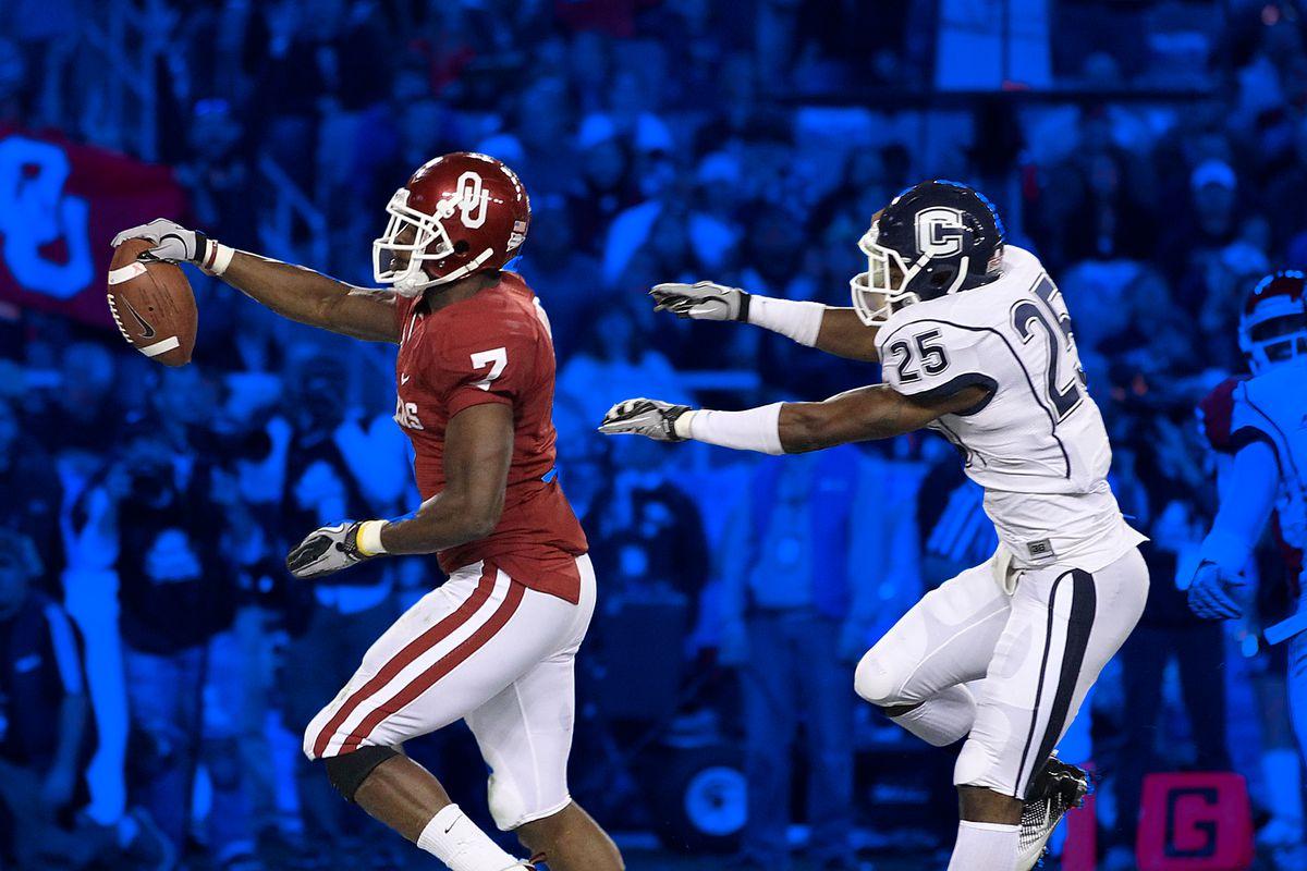 Oklahoma scores on UConn in the 2011 season's Fiesta Bowl.