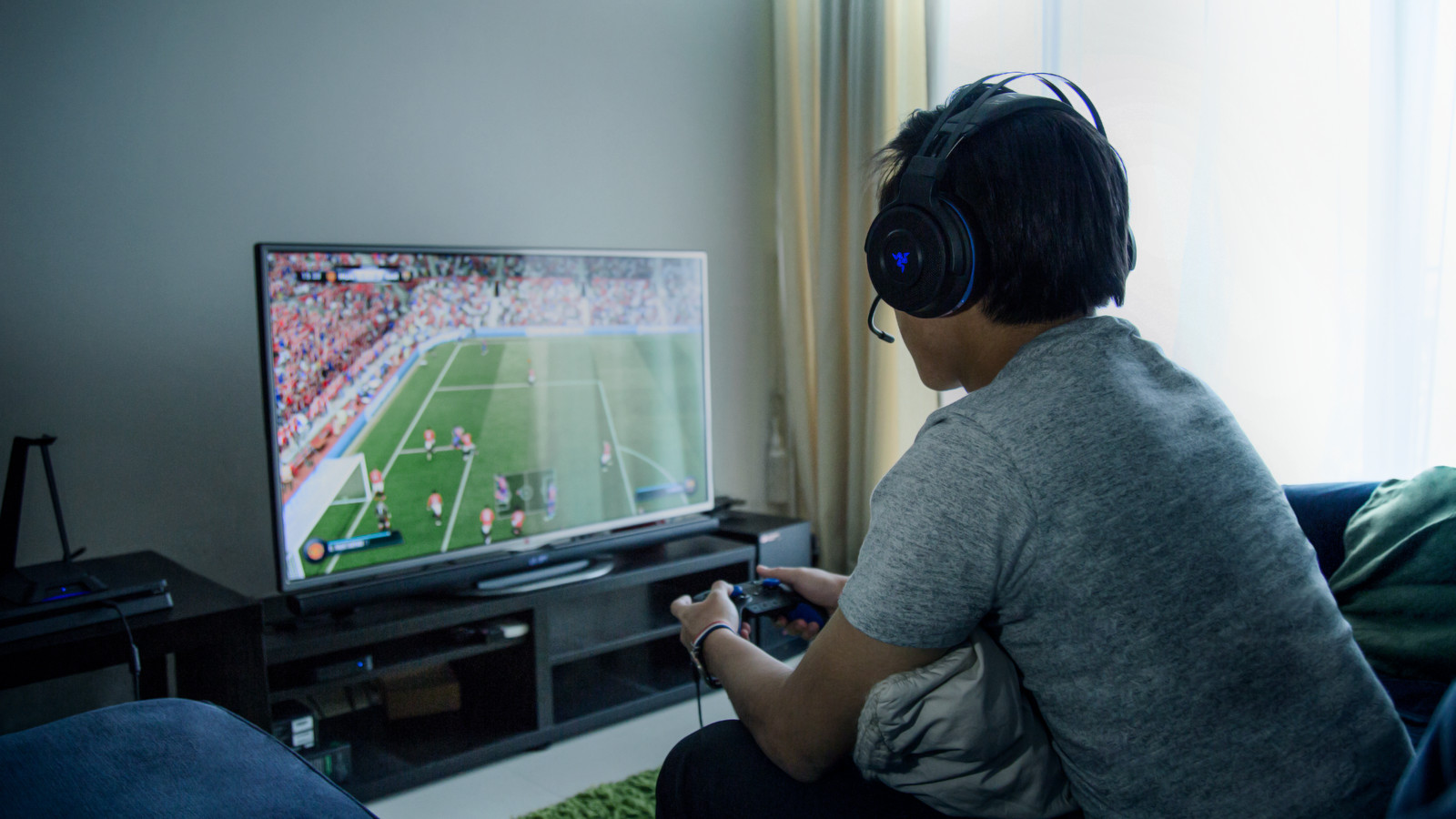 razer unveils pc ps4 xbox one wireless surround sound headset polygon. Black Bedroom Furniture Sets. Home Design Ideas