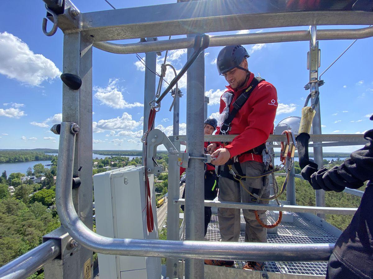 workers installing 5G antennas