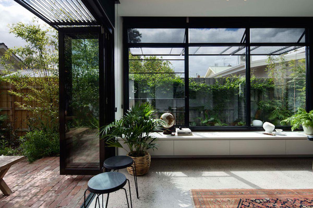 "All photos by <a href=""http://benhosking.com.au/"">Ben Hosking</a> via <a href=""http://www.dezeen.com/2015/08/19/tim-angus-melbourne-garden-room-blackened-wood-extension-century-old-edwardian-house-australia/"">Dwell</a>"