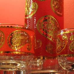 This culver glass set is hand painted in a 24k gold paisley design.  It comes with one pitcher and 6 glasses.  $35<br />