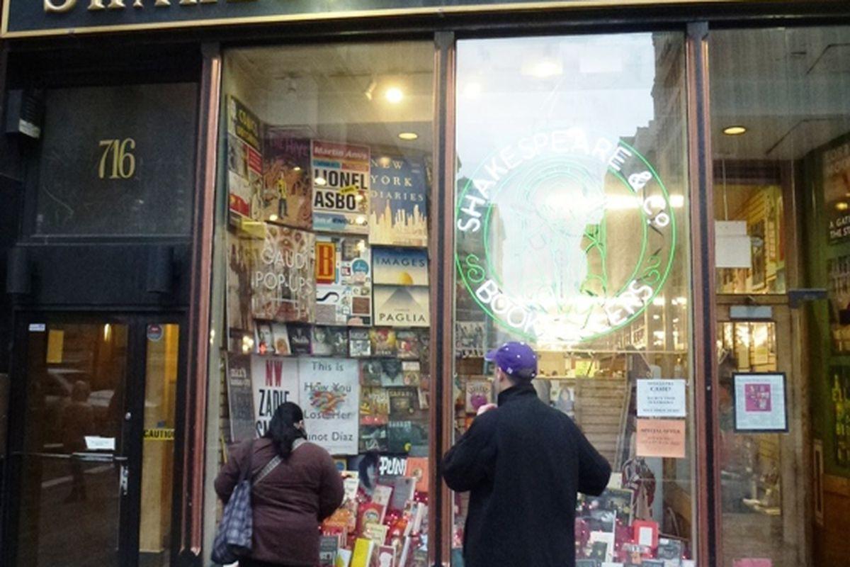 "Photo via <a href=""http://www.bookstoreguide.org/2013/02/bookstores-in-new-york-city.html"">Bookstore Guide</a>"